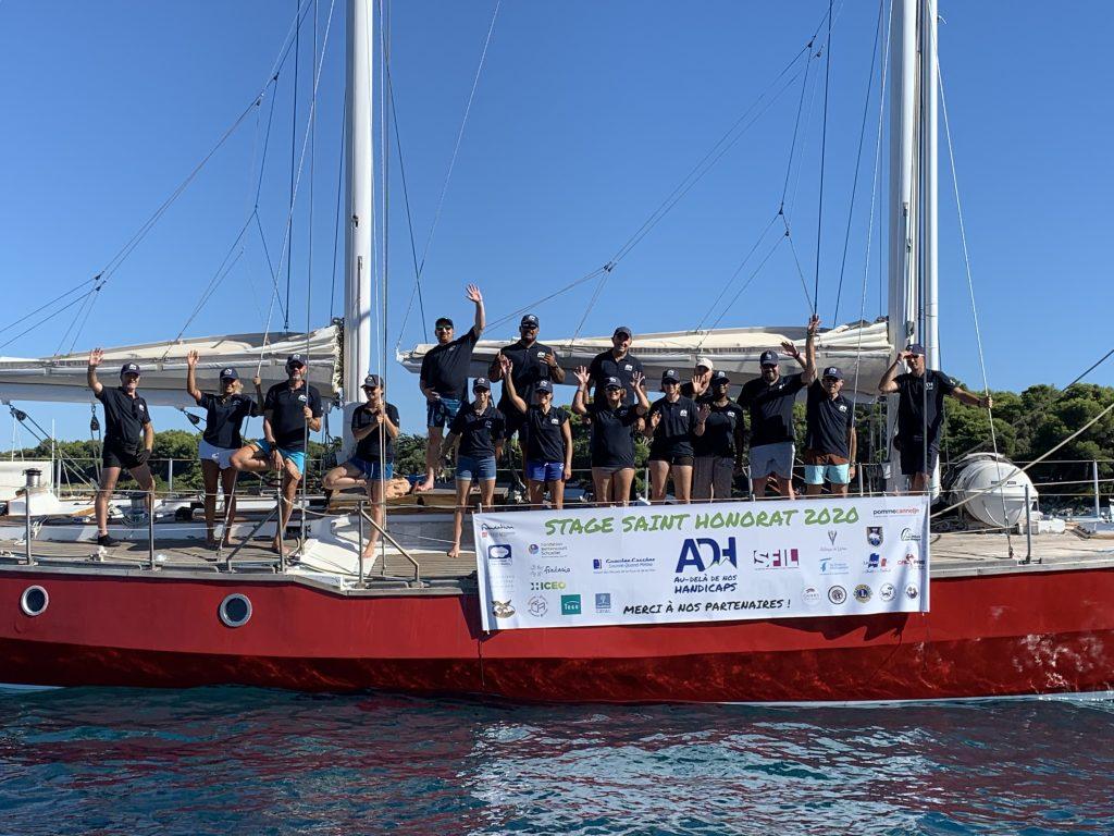 groupe de personnes sur un bateau - activités nautiques